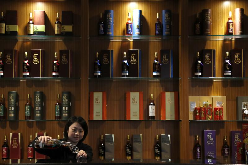 La bouteille de whisky la plus chère au monde a été vendue aux enchères pour 1,7 million d'euros. Il s'agit d'un Macallan distillé en 1926.