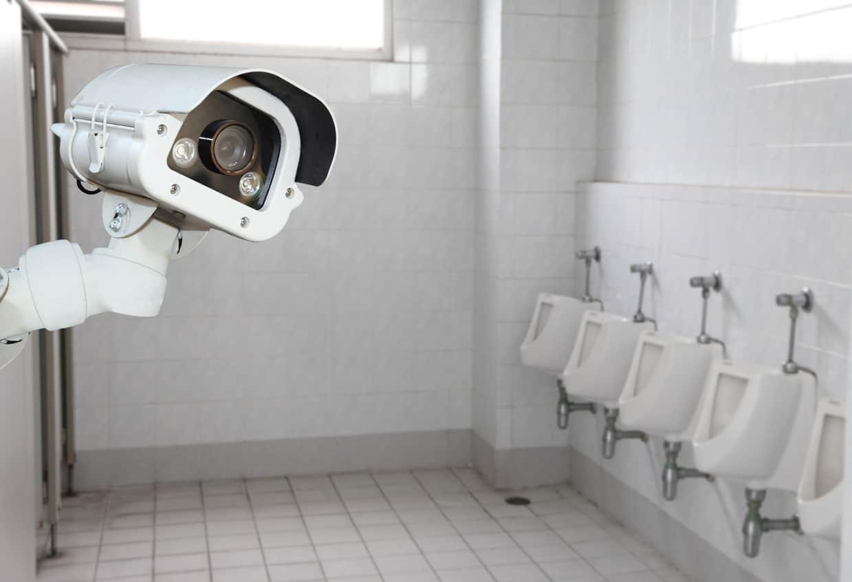 Une caméra de reconnaissance faciale dans des toilettes