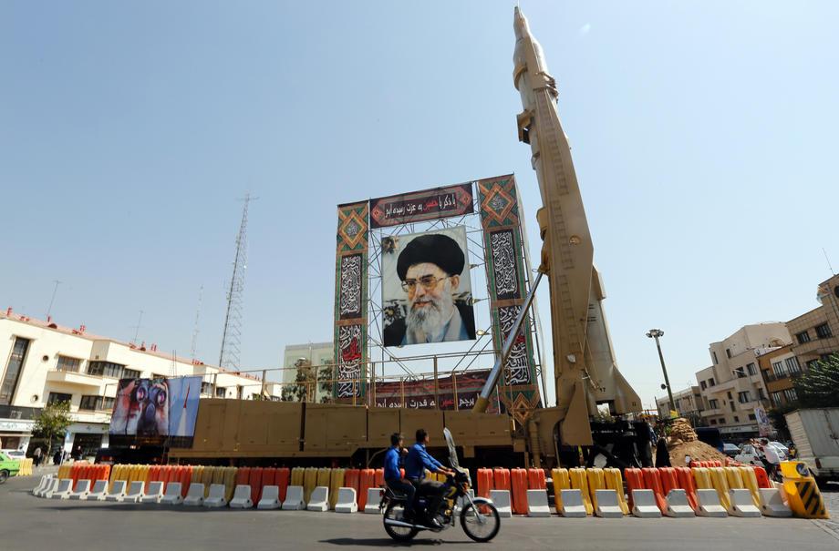 En Iran, un missile Shahab-3 est exhibé aux côtés d'un portrait du leader suprême Ali Khamenei